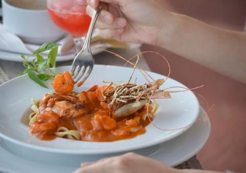 女性と食事